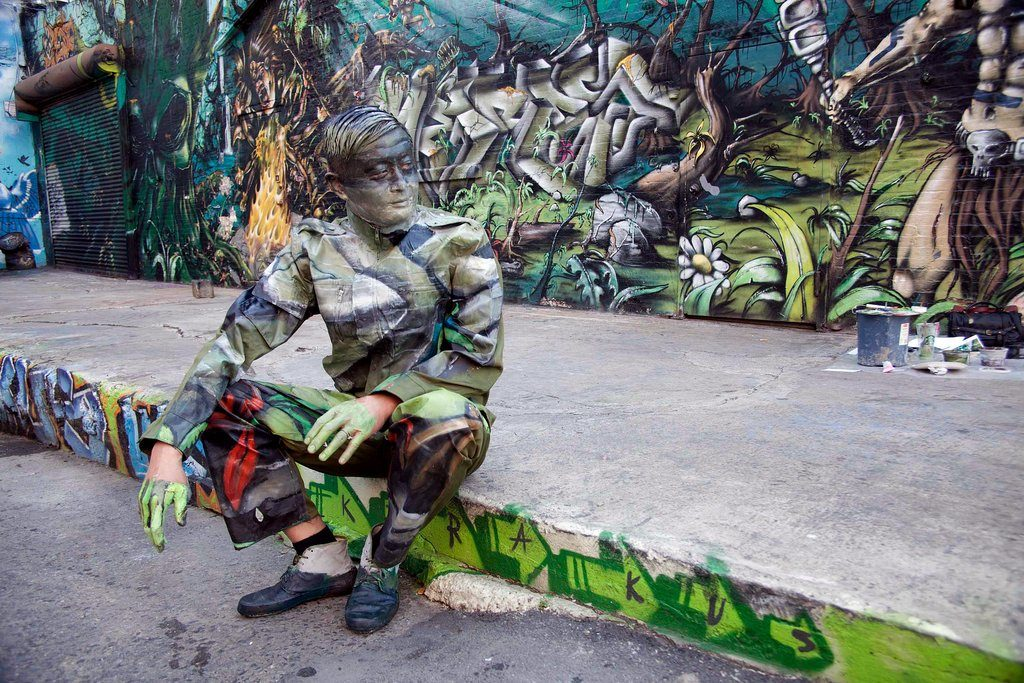 liu bolin graffiti 1