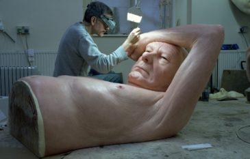 As esculturas gigantes de Ron Mueck e seu hiperrealismo