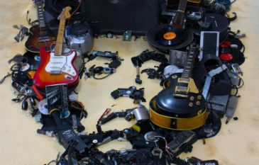 Arte com resíduos e instrumentos por Mister C